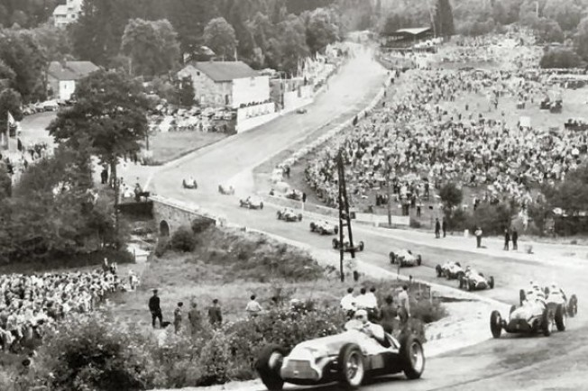 Primera vuelta del Gran Premio de Bélgica, al paso por Eau Rouge