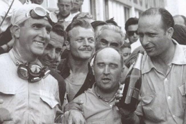 Juan Manuel Fangio celebrando su victoria en el Gran Premio de Francia con el tradicional champagne