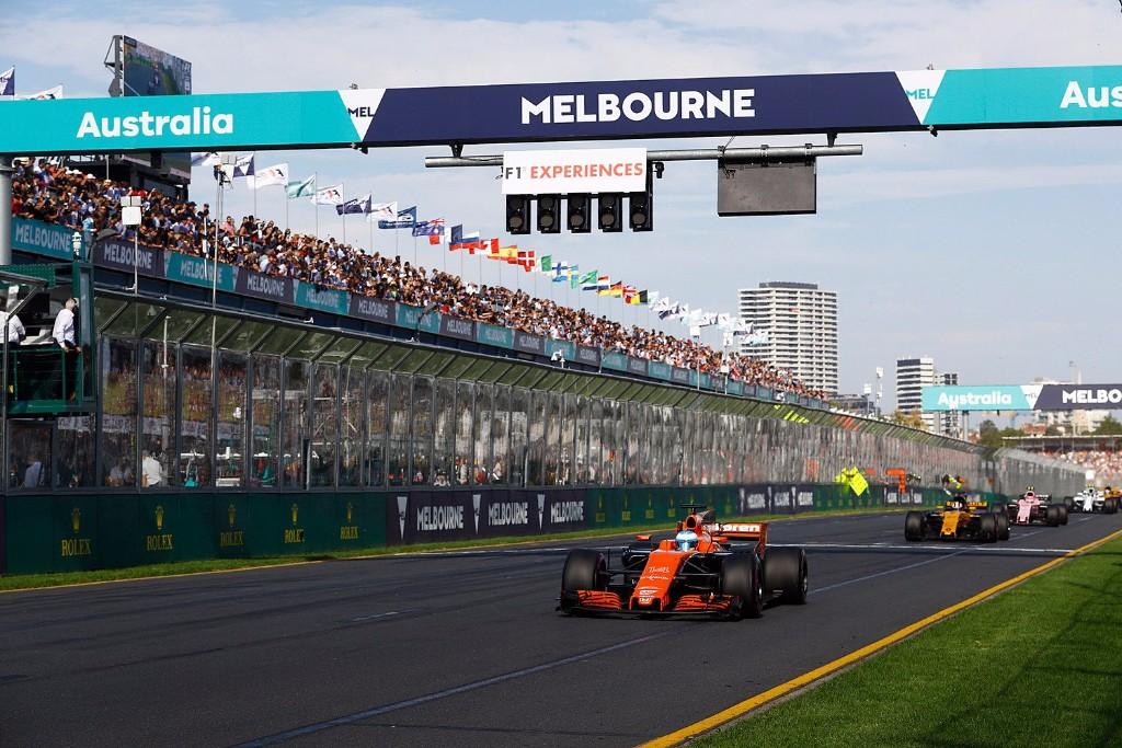 Fernando Alonso pasando por meta