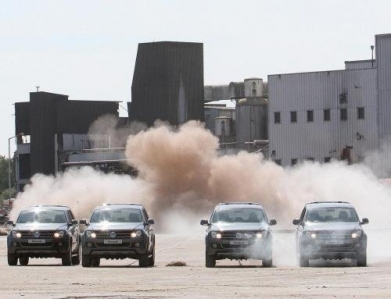 En una muestra de potencia, cuatro VW Amarok derriban una chimenea