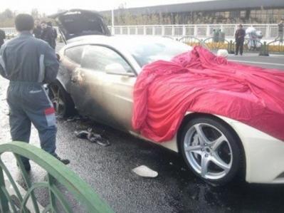 Se incendia un Ferrari FF sobre autopista de Shanghai
