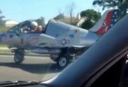 Un caza circula por una autopista de los EEUU