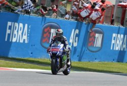 Jorge Lorenzo gana su tercera carrera seguida y Márquez se cae