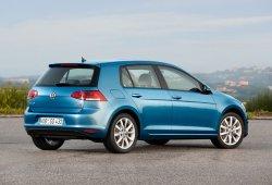 Suecia - Mayo 2015: El Volkswagen Golf acecha al Volvo V70