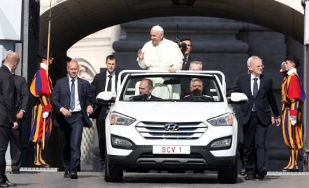 Un Hyundai Santa Fe descapotable es el nuevo Papamóvil