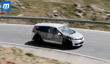Renault Scénic 2016, cazado en movimiento