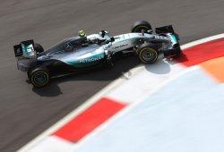 Rosberg marca el mejor tiempo en una pista muy resbaladiza
