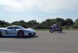 Porsche 918 Spyder VS Yamaha YZF-R1, duelo coche-moto en circuito