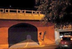 Estrella su coche contra un túnel pintado en la pared, se equivocó de agujero