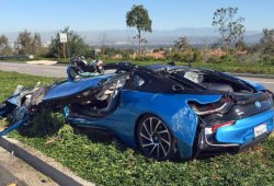 Así queda un BMW i8 tras sufrir un accidente con un camión de cemento