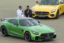 Lewis Hamilton conduce el Mercedes-AMG GT R durante su presentación