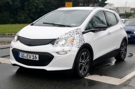 El Opel Ampera-e nos adelanta su diseño de producción en estas fotos espía