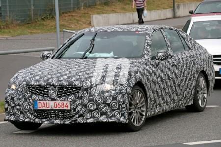 Toyota Crown: aparece una misteriosa unidad del modelo nipón en Nürburgring