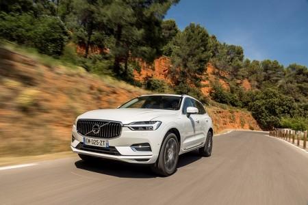 Suecia - Julio 2017: El Volvo S90 se encuentra el enemigo en casa con el XC60