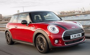 Reino Unido - Noviembre 2017: Mini rompe sus barreras y Vauxhall se estrella