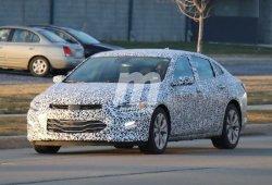 El Chevrolet Malibu 2019 pierde camuflaje y muestra sus primeros detalles