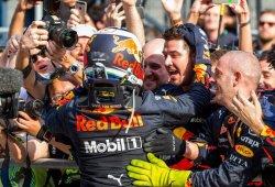 Ricciardo ofrece la victoria a sus mecánicos tras el cambio de motor y el doble pit-stop