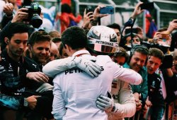"""Hamilton felicitó al """"desafortunado"""" Bottas tras su pinchazo"""