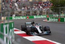 Hamilton se encuentra con la victoria en la caótica carrera de Bakú