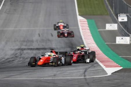 Merhi roza el podio en una espectacular carrera que ganó Russell
