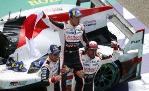 Los pilotos de Toyota celebran una victoria histórica en Le Mans