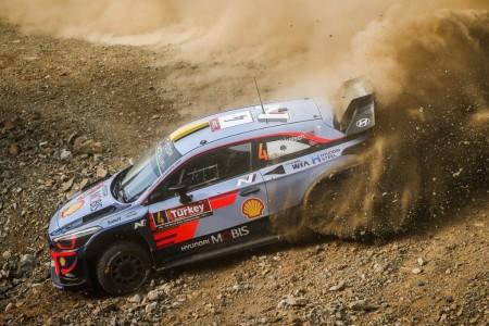 Andreas Mikkelsen sigue al frente del Rally de Turquía