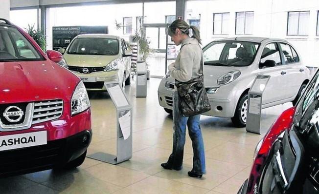 Comprador en un concesionario de Nissan