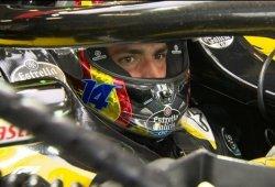 Sainz rinde tributo a Alonso en su casco para el GP de Abu Dhabi