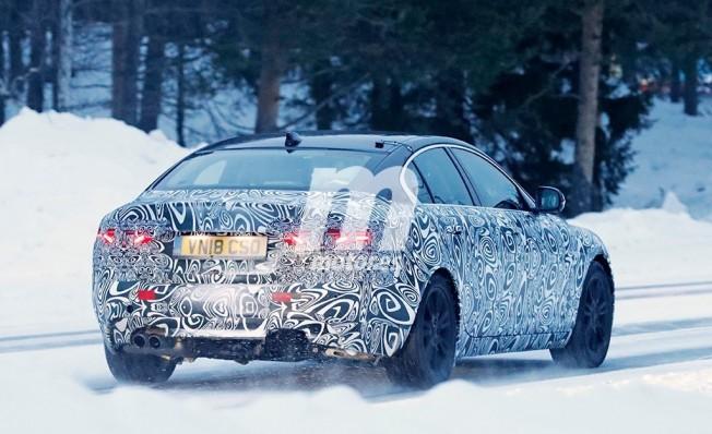 Jaguar XE 2019 - foto espía posterior