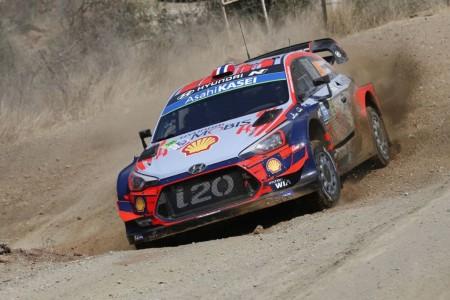Pulso entre Mikkelsen y Ogier al inicio del Rally de México