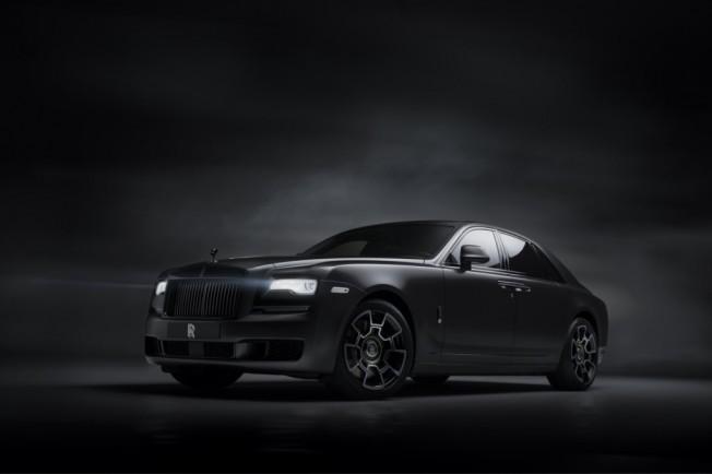 on sale a33d7 6479c El Rolls-Royce Ghost se transforma en una agresiva berlina con un traje  negro,